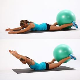Paciente realizando aula de Pilates para coluna com bola. Tratamento de problema de coluna com Pilates.